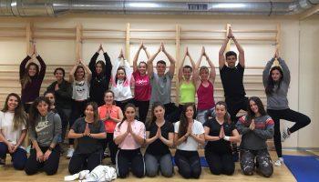 Las profesoras Andrea Corrales y Heike Fischer imparten un taller de Yoga dirigido a la comunidad UNEATLANTICO