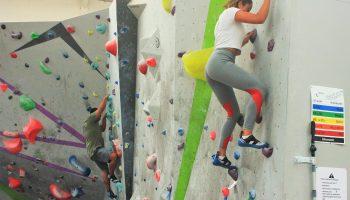 Varios alumnos han asistido a una clase de iniciación a la escalada impartida en Indian Rock Santander