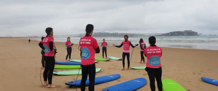 Estudiantes de UNEATLANTICO participan en un bautismo de surf impartido por Somo's Beach Surf School